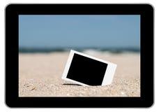 Κενή αναδρομική στιγμιαία φωτογραφία στην άμμο παραλιών Στοκ Φωτογραφία