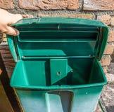 Κενή ανοικτή πράσινη πλαστική ταχυδρομική θυρίδα με τίποτα σύσταση υποβάθρου εσωτερικών στοκ φωτογραφίες με δικαίωμα ελεύθερης χρήσης