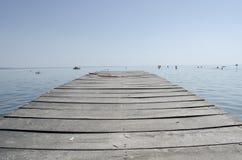 Κενή αποβάθρα και μεγάλη λίμνη Στοκ Εικόνες