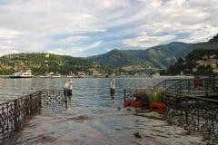 Κενή αποβάθρα σε μια λίμνη Como βουνών Στοκ φωτογραφία με δικαίωμα ελεύθερης χρήσης