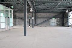 Κενή αποθήκη εμπορευμάτων κάτω από την κατασκευή με το φυσικό φως στοκ εικόνες