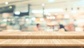 Κενή βημάτων στάση τροφίμων επιτραπέζιων κορυφών σανίδων ξύλινη με το restau καφέδων θαμπάδων Στοκ Εικόνες