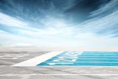 Κενή γραμμή τερματισμού διαδρομής ενάντια στο δραματικό νεφελώδη ουρανό Στοκ φωτογραφία με δικαίωμα ελεύθερης χρήσης