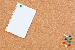κενή διάτρηση εγγράφου corkboard Στοκ Φωτογραφίες