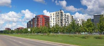 Κενή εθνική οδός δίπλα στη σύγχρονη κατοικημένη περιοχή πόλης Στοκ Εικόνες