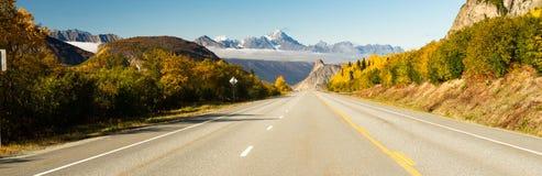 Κενή εθνική οδός ένα ανοικτός δρόμος Αλάσκα εποχής πτώσης Στοκ Εικόνες