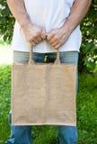 Κενή εκμετάλλευση τσαντών βαμβακιού προτύπων από το άτομο στοκ εικόνα με δικαίωμα ελεύθερης χρήσης