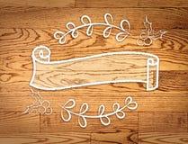 Κενή εκλεκτής ποιότητας κορδέλλα γύρω από το έμβλημα στο ύφος doodle στο ξύλο, Templa Στοκ Εικόνες