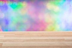 Κενή ελαφριά ξύλινη επιτραπέζια κορυφή με το ζωηρόχρωμο υπόβαθρο Μπορέστε να χρησιμοποιηθείτε για το νέο έτος, τα Χριστούγεννα ή  Στοκ φωτογραφία με δικαίωμα ελεύθερης χρήσης