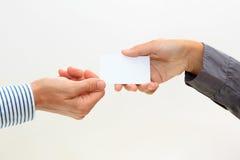 Κενή επαγγελματική κάρτα λαβής χεριών Στοκ φωτογραφία με δικαίωμα ελεύθερης χρήσης