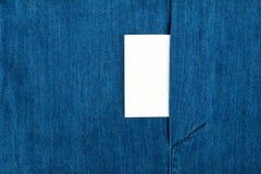 Κενή επαγγελματική κάρτα με το διάστημα αντιγράφων σε μια τσέπη του μπλε σακακιού Jean Στοκ Εικόνες