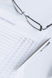Κενή ερωτηματολόγιο ή μορφή με eyeglasses στοκ εικόνες με δικαίωμα ελεύθερης χρήσης