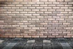Κενή εσωτερική προοπτική - τουβλότοιχος και μονοπάτι αλεσμένοι με πέτρα Στοκ Φωτογραφία