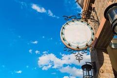 Κενή ετικέτα με την οικοδόμηση και το μπλε ουρανό Στοκ φωτογραφία με δικαίωμα ελεύθερης χρήσης