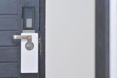 Κενή ετικέτα πέρα από μια πόρτα εξογκωμάτων Στοκ φωτογραφία με δικαίωμα ελεύθερης χρήσης