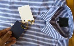 Κενή ετικέτα των νέων ατόμων πουκάμισο και Στοκ εικόνα με δικαίωμα ελεύθερης χρήσης
