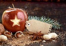 Κενή ετικέττα στα Χριστούγεννα Apple στον ξύλινο πίνακα Στοκ Εικόνες