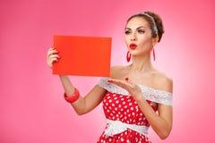 κενή ευτυχής απομονωμένη εκμετάλλευση λευκή γυναίκα καρτών Καρφίτσα-επάνω σε αναδρομικό Στοκ εικόνα με δικαίωμα ελεύθερης χρήσης