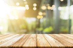Κενή ελαφριά ξύλινη επιτραπέζια κορυφή με θολωμένος στη καφετερία backgroun Στοκ Φωτογραφίες