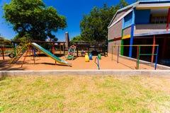 Κενή ζωηρόχρωμη προσχολική φωτογραφική διαφάνεια παιδικών χαρών στοκ φωτογραφίες με δικαίωμα ελεύθερης χρήσης