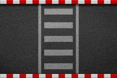 Κενή διάβαση πεζών στο δρόμο ασφάλτου με το κόκκινο και άσπρο σημάδι στο sidew Στοκ φωτογραφία με δικαίωμα ελεύθερης χρήσης