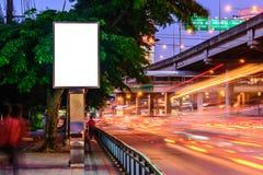 Κενή διαφημιστική επιτροπή κοντά στο δρόμο τη νύχτα Στοκ Εικόνες