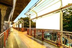 Κενή διαφημιστική επιτροπή στο πεζοδρόμιο στην πόλη Στοκ Φωτογραφία