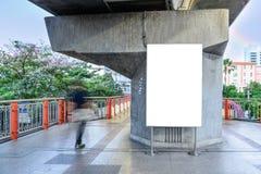 Κενή διαφημιστική επιτροπή στο πεζοδρόμιο στην πόλη Στοκ Φωτογραφίες