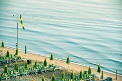 Κενή ιταλική παραλία με τις ομπρέλες στα ξημερώματα Στοκ φωτογραφία με δικαίωμα ελεύθερης χρήσης