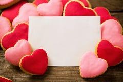 Κενή κάρτα βαλεντίνων με τα όμορφα μπισκότα καρδιών Στοκ εικόνα με δικαίωμα ελεύθερης χρήσης