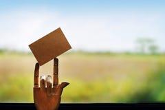 Κενή κάρτα εγγράφου τεχνών για το πρότυπο σε ετοιμότητα ξύλινο μανεκέν με Στοκ εικόνες με δικαίωμα ελεύθερης χρήσης
