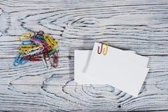 Κενή κάρτα επίσκεψης, πολλοί συνδετήρες Στοκ Εικόνες