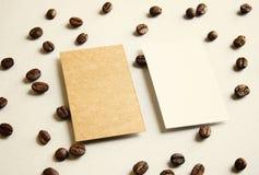 Κενή κάρτα επιχειρησιακού ονόματος στα φασόλια καφέ στοκ εικόνες