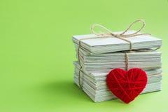 Κενή κάρτα, κόκκινη επιστολή αγάπης καρδιών Στοκ Εικόνες