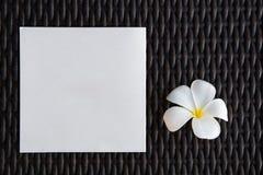 Κενή κάρτα με το λουλούδι plumeria και το υπόβαθρο καλαθοπλεχτικής Στοκ Εικόνα