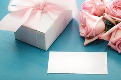 Κενή κάρτα μηνυμάτων με το κιβώτιο και τα τριαντάφυλλα δώρων στοκ εικόνες