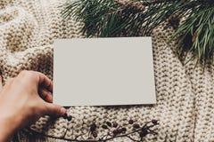 Κενή κάρτα Χριστουγέννων κενή σημείωση ή επιθυμία Χριστουγέννων εκμετάλλευσης χεριών Στοκ Εικόνα