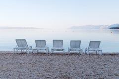Κενή καρέκλα γεφυρών πέντε και απόμακρα βουνά Στοκ Φωτογραφίες