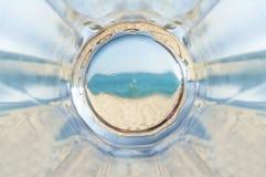 Κενή κατώτατη κούπα της αποστραγγιζόμενης φρέσκιας μπύρας στην παραλία Στοκ εικόνα με δικαίωμα ελεύθερης χρήσης