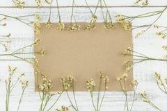 Κενή καφετιά κάρτα που διακοσμείται με τα κίτρινα λουλούδια caspia limonium Στοκ εικόνα με δικαίωμα ελεύθερης χρήσης