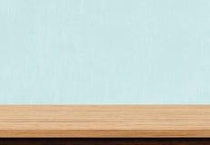 Κενή καφετιά ξύλινη επιτραπέζια κορυφή στο μπλε συγκεκριμένο υπόβαθρο Στοκ Εικόνες