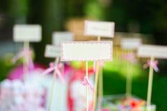 Κενή κενή κάρτα και παραδείγματος χάριν ονόματα ή πιάτα φιλοξενουμένων στο γάμο Στοκ φωτογραφία με δικαίωμα ελεύθερης χρήσης