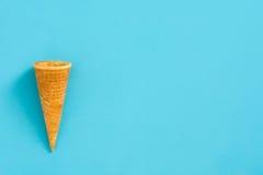 Κενή κορνέτα θερινού παγωτού στο μπλε υπόβαθρο Στοκ φωτογραφία με δικαίωμα ελεύθερης χρήσης