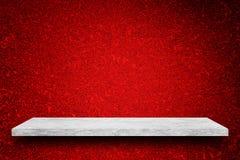 Κενή κορυφή του άσπρου μαρμάρινου πίνακα πετρών στο κόκκινο υπόβαθρο τοίχων Στοκ Φωτογραφία