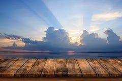 Κενή κορυφή του ξύλινου πίνακα με το υπόβαθρο σύννεφων και θάλασσας Στοκ Φωτογραφίες