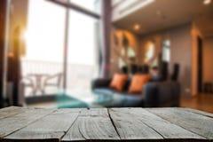 Κενή κορυφή των ξύλινων ραφιών στοκ εικόνα με δικαίωμα ελεύθερης χρήσης
