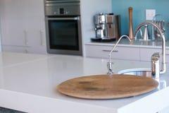 Κενή κουζίνα με τα λευκά γραφεία Στοκ Εικόνα