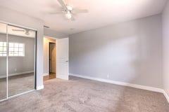 Κενή κρεβατοκάμαρα με τον τάπητα και ανοιχτή πόρτα στο σπίτι Καλιφόρνιας Στοκ φωτογραφία με δικαίωμα ελεύθερης χρήσης