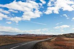 Κενή μακριά οδός στη μέση Ισλανδία Στοκ Φωτογραφίες