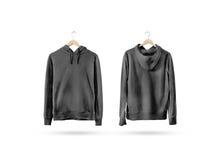 Κενή μαύρη ένωση συνόλου προτύπων μπλουζών στην ξύλινη κρεμάστρα Στοκ εικόνες με δικαίωμα ελεύθερης χρήσης